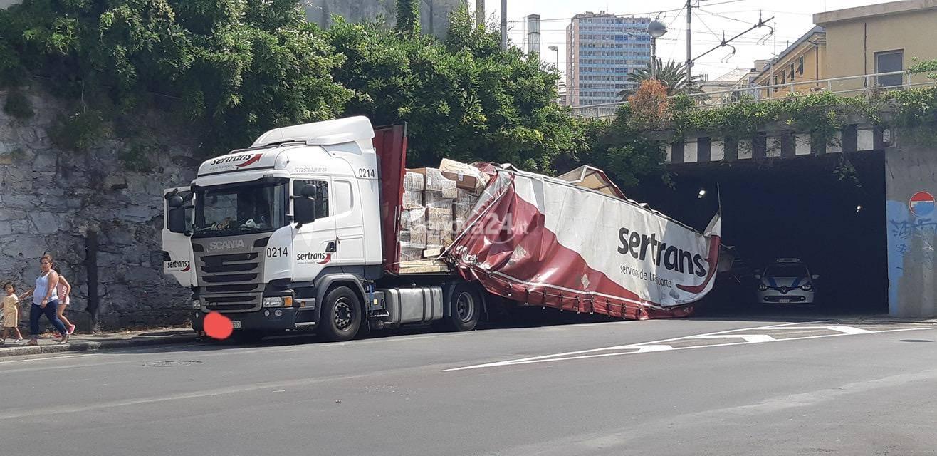 camion incastrato