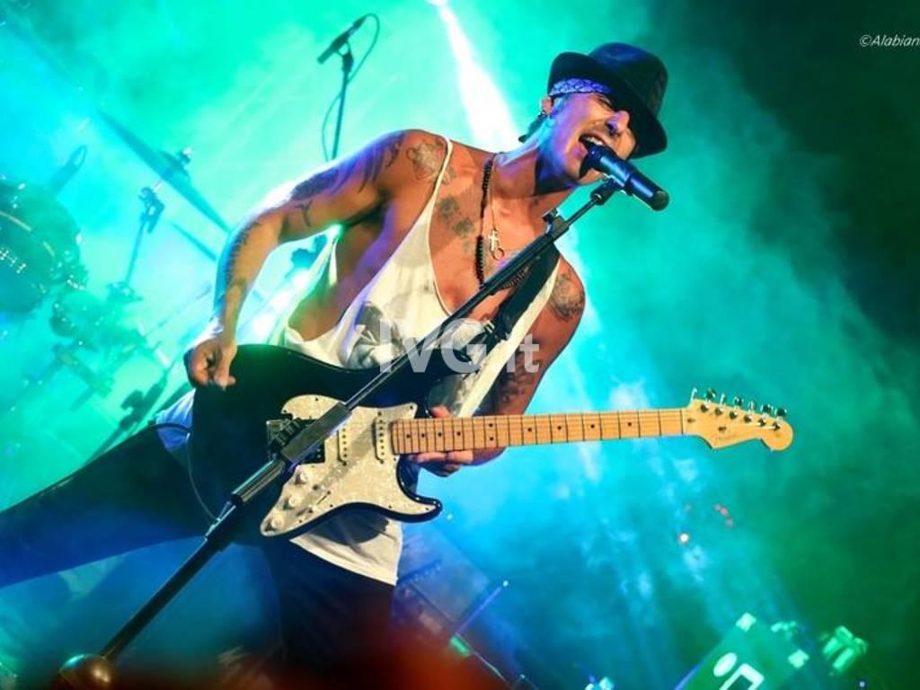 Soleluna , Night Fever, il guitar-hero Fabri Kiarelli live in trio, poi si balla coi dj Carrara, Marco Ooki,