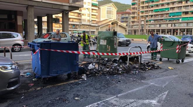 cassonetto incendiato piazza martiri