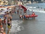 Mareggiata ad Alassio: poco spazio, acqua tra i lettini e proteste