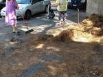 Savona, gli abitanti di via Bresciana puliscono la strada