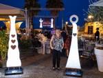 La scultrice internazionale Ivana Vio ha esposto le sue opere luminose durante l'Exclusive Dinner Show del Vascello Fantasma a Laigueglia