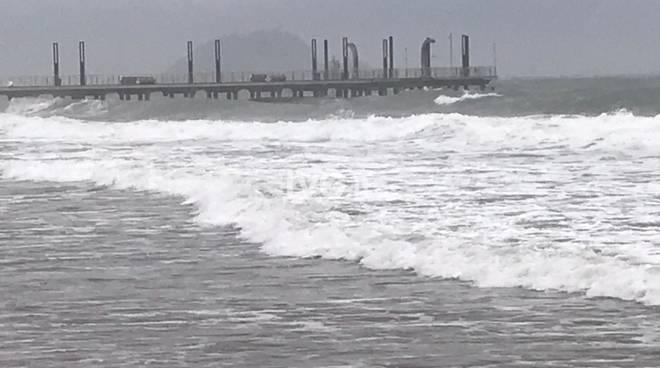 Ad Alassio alcuni surfisti sfidano le onde di mareggiata