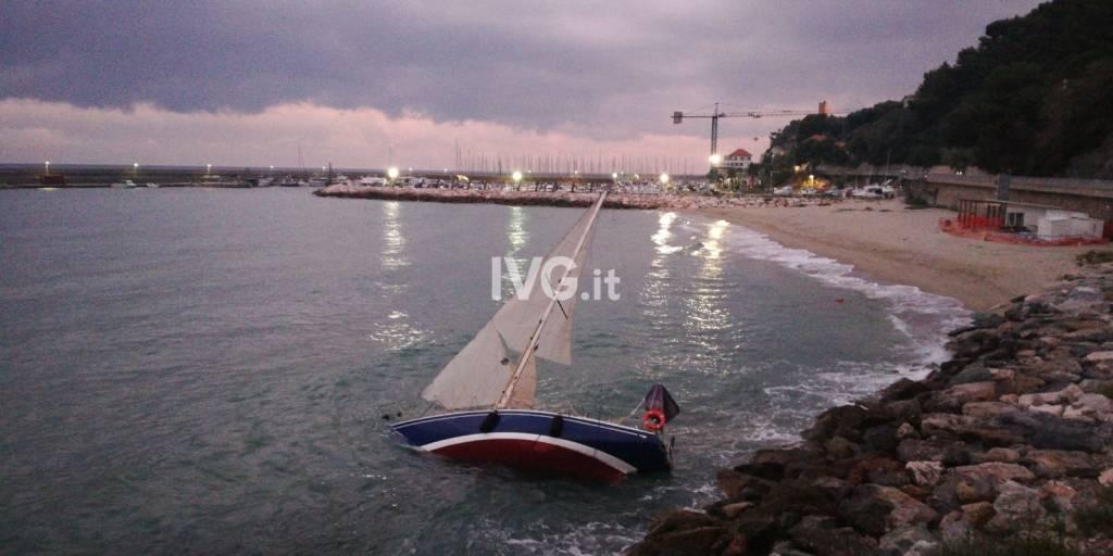 Barca a vela alla deriva a Finale LIgure