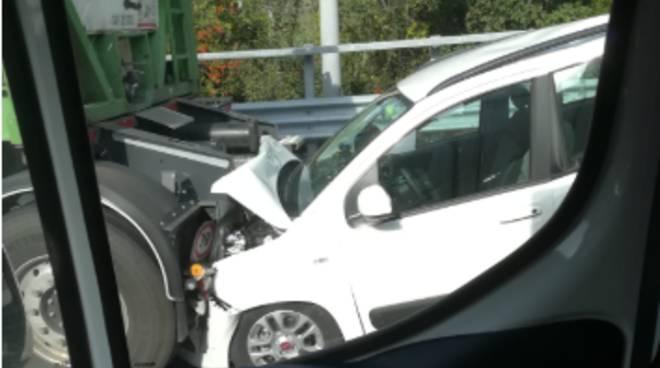 Incidente A10 auto schiacciata