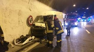 Incidente in A10: camion si schianta contro il muro in galleria