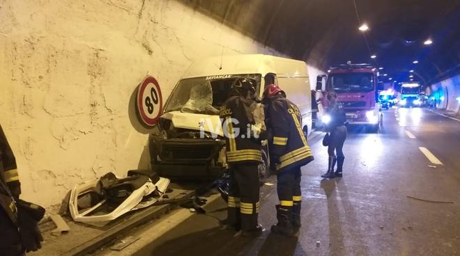 Incidente in A10: camion si schianta contro il muro in galleria
