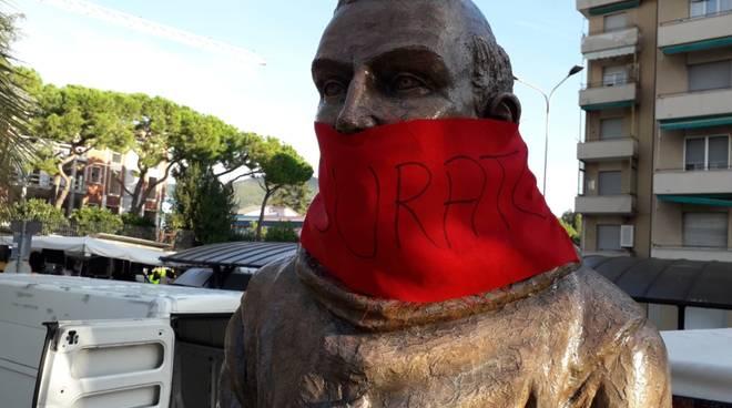 """Loano, la statua di San Francesco """"imbavagliata"""" da CasaPound"""