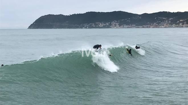 Alassio, maltempo, surfisti, onde