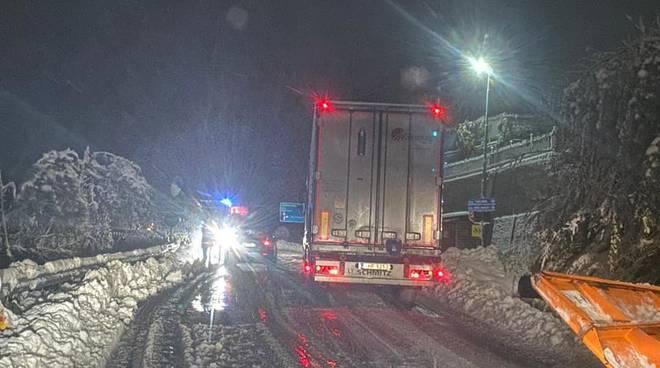 camion bloccato neve sp28