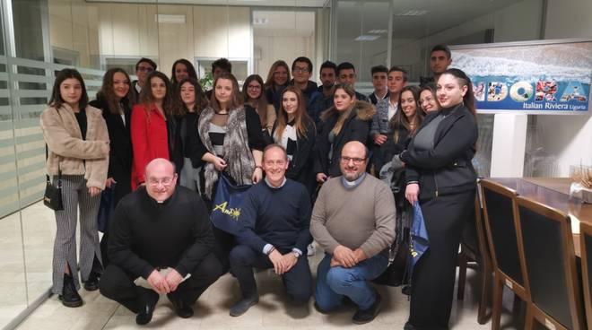 """Andora celebra i suoi neo maggiorenni: incontro del sindaco con i ragazzi protagonisti della """"Festa dei 18enni"""" - IVG.it"""