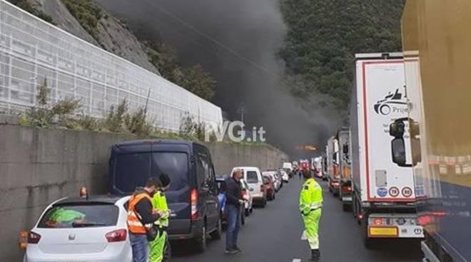 incendio a10 Spotorno veicolo in fiamme