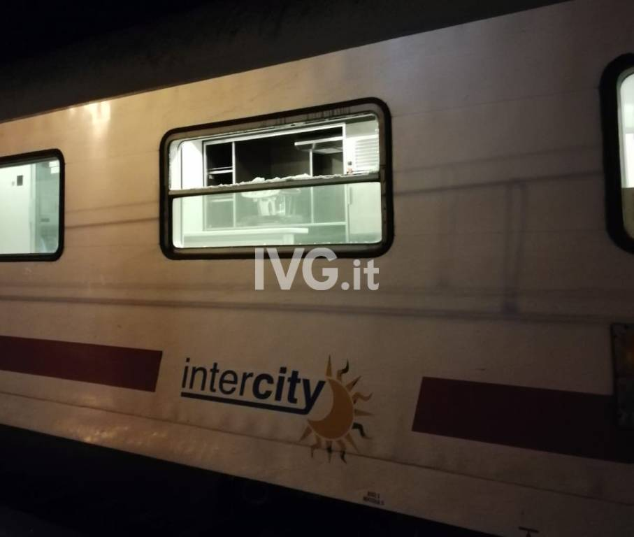 vetro rotto finestrino treno notte