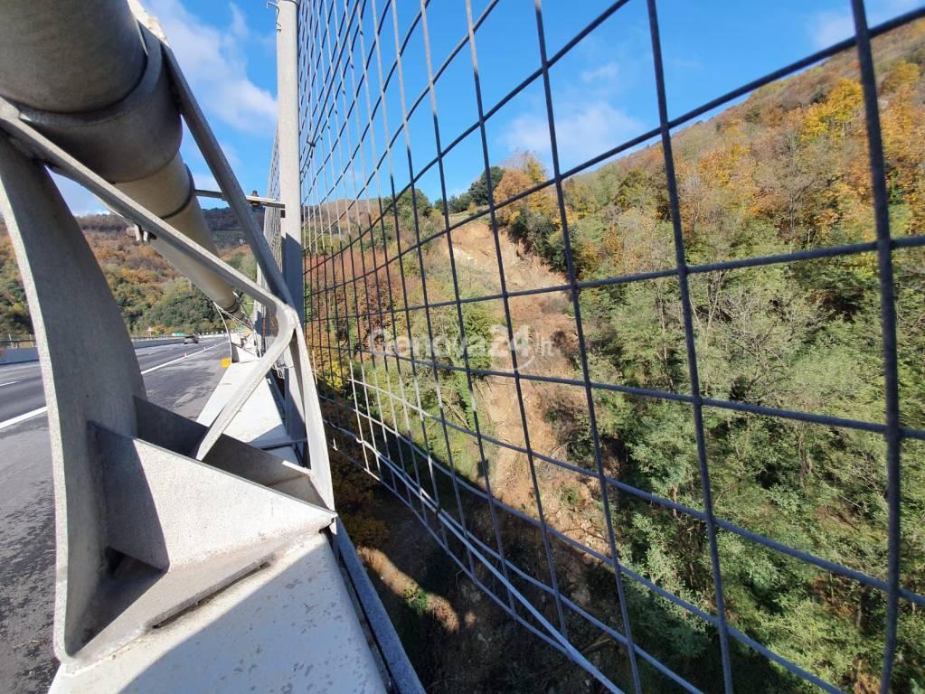 Voltri, frana sospesa sopra il viadotto della A26