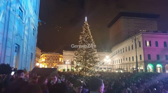 A Genova si accende il Natale con l'albero e i giochi di luce in piazza De Ferrari