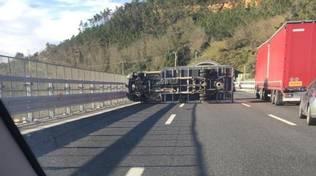 camion rovesciato ribaltato autostrada a10