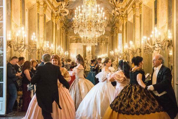 Vestiti dell\'800,  sabato 14 dicembre al Palazzo della Borsa di Genova il Gran Ballo di Natale