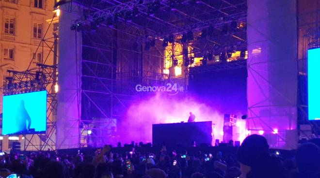 Gabry Ponte a Genova, piazza De Ferrari gremita