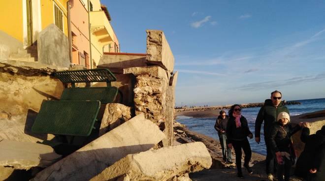 Muri pericolanti Varigotti mareggiata