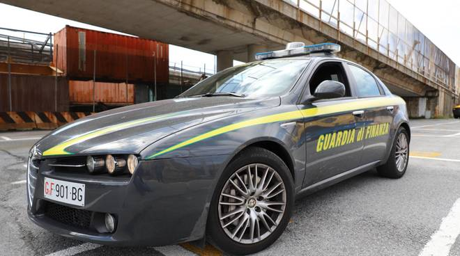 guardia di finanza finanzieri fiamme gialle auto