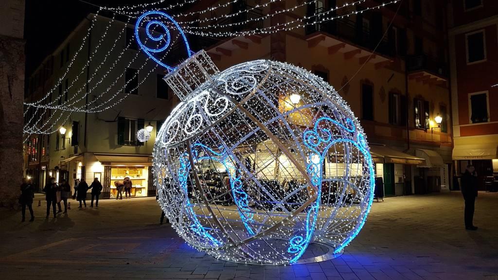 Una stella cometa in piazza Italia e la grande