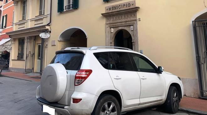auto davanti al comune