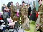 L'esercito dona giochi e dolciumi ai piccoli pazienti del Gaslini di Genova
