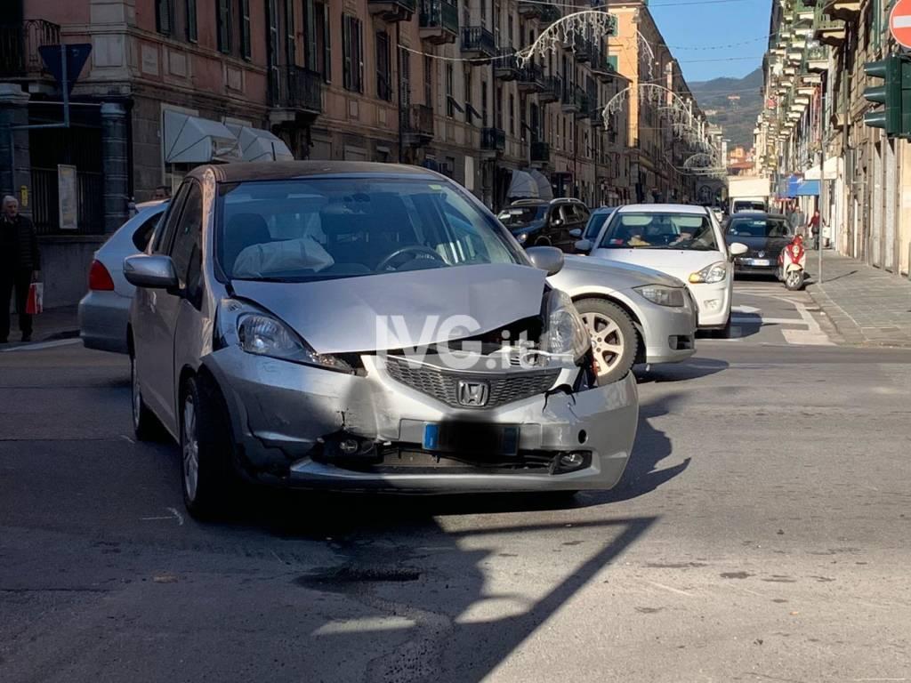 Savona, grave incidente in corso Mazzini: auto cappottata e tre feriti