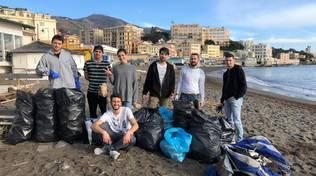 """""""The Black Bag"""", il gruppo di giovani genovesi che ogni settimana pulisce una spiaggia"""