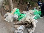 """I ragazzi di GenovaCleaner liberano da """"rumenta"""" e rifiuti ingombranti i boschi del Righi"""