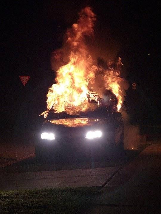 incendio auto fuoco fiamme notte generica