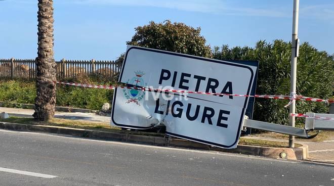 Pietra, sradicato il cartello di benvenuto in città sulla via Aurelia