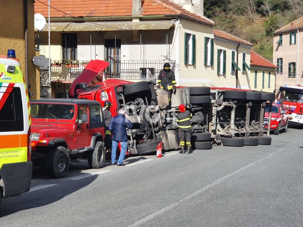 Savona, incidente sulla Sp29 del Cadibona: cassone di un tir si ribalta