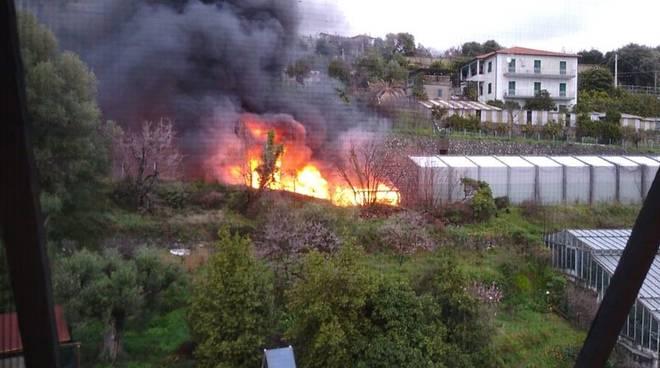 Tir in fiamme sulla A10 a Cogoleto