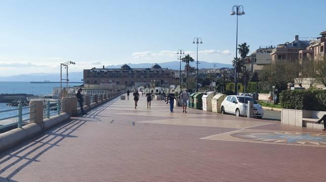 Coronavirus, a Genova una splendida giornata di primavera ma la città è tutta deserta (o quasi)