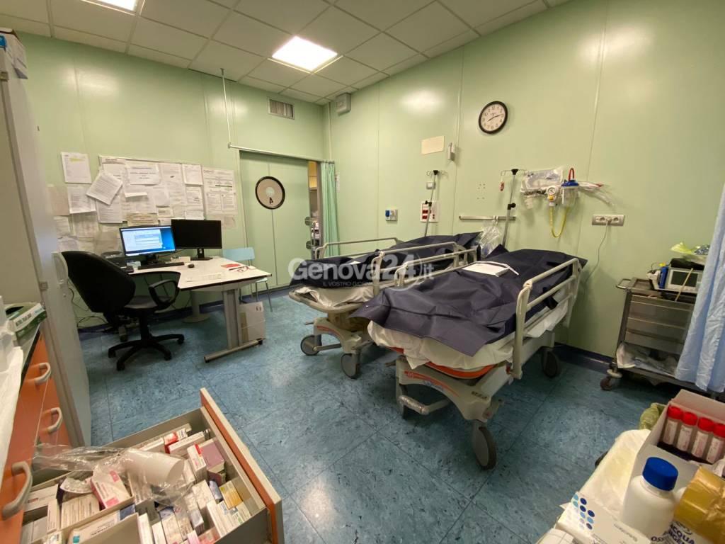 Coronavirus, nell'inferno dell'ospedale villa Scassi tra barelle ammassate e pazienti stremati