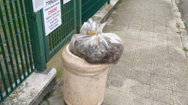 Finale, sacchetti dei rifiuti buttati nei portacarte