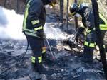 incendio baracca vvff vigili del fuoco