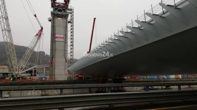 """Nuovo ponte, la pioggia non frena i lavori: così la maxi campata ha """"scavalcato"""" il Polcevera"""