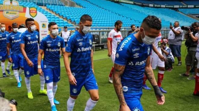 calciatori con mascherine