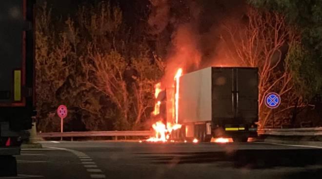 camion fuoco incendio fiamme notte