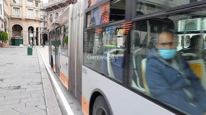 Coronavirus: scene di vita quotidiana a Genova, mascherine e trasporto pubblico