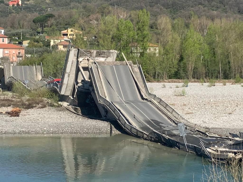 Incubo senza fine per la Liguria: Crolla un ponte al confine tra Liguria e Toscana