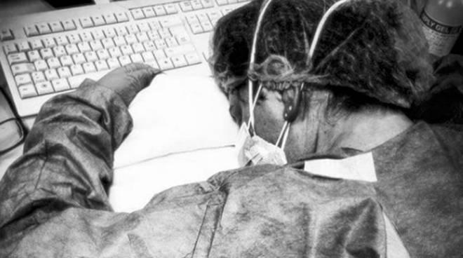 infermiera stanca coronavirus