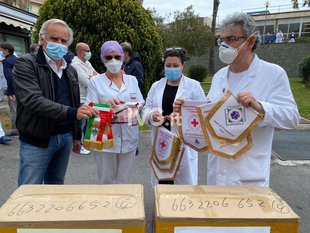L'omaggio al personale sanitario del Santa Corona