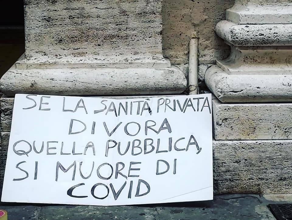 """1° maggio, a De Ferrari gli striscioni del collettivo femminista: """"Più tamponi, meno droni"""""""