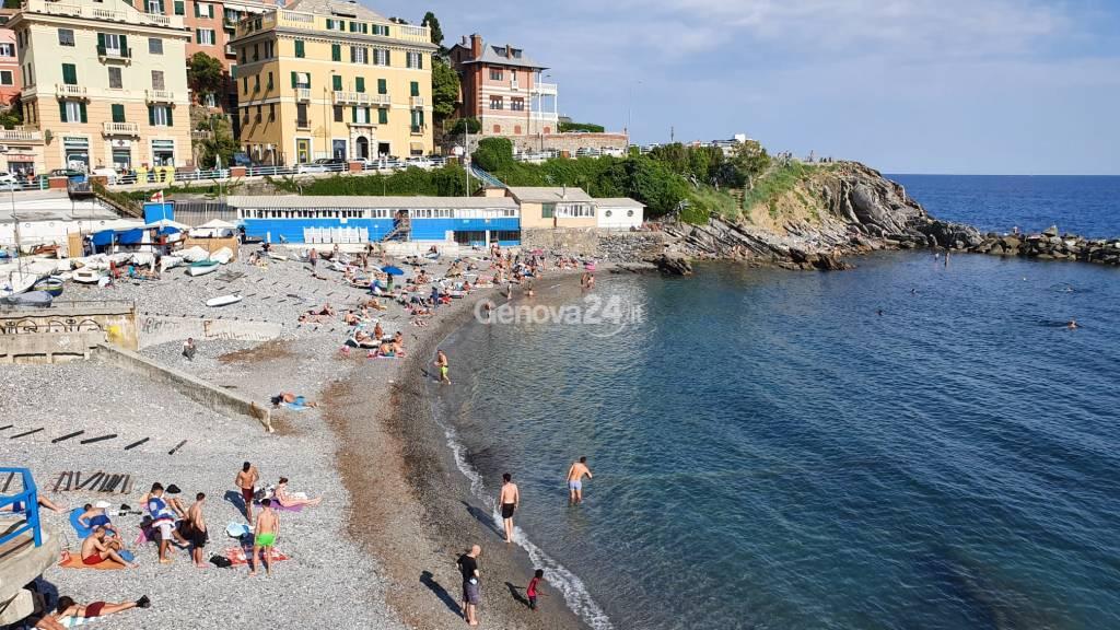 A Genova riaprono le spiagge libere tra steward e distanziamento