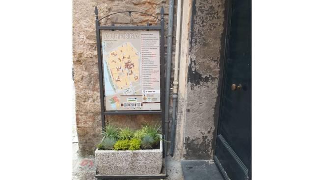 Albenga, fioriere segnaletiche