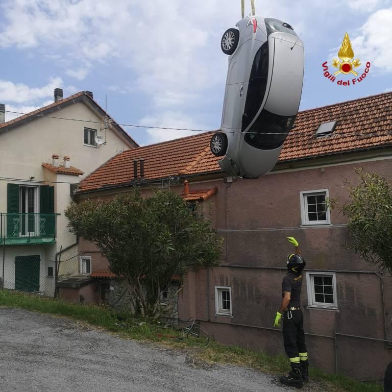 auto precipitata vigili del fuoco