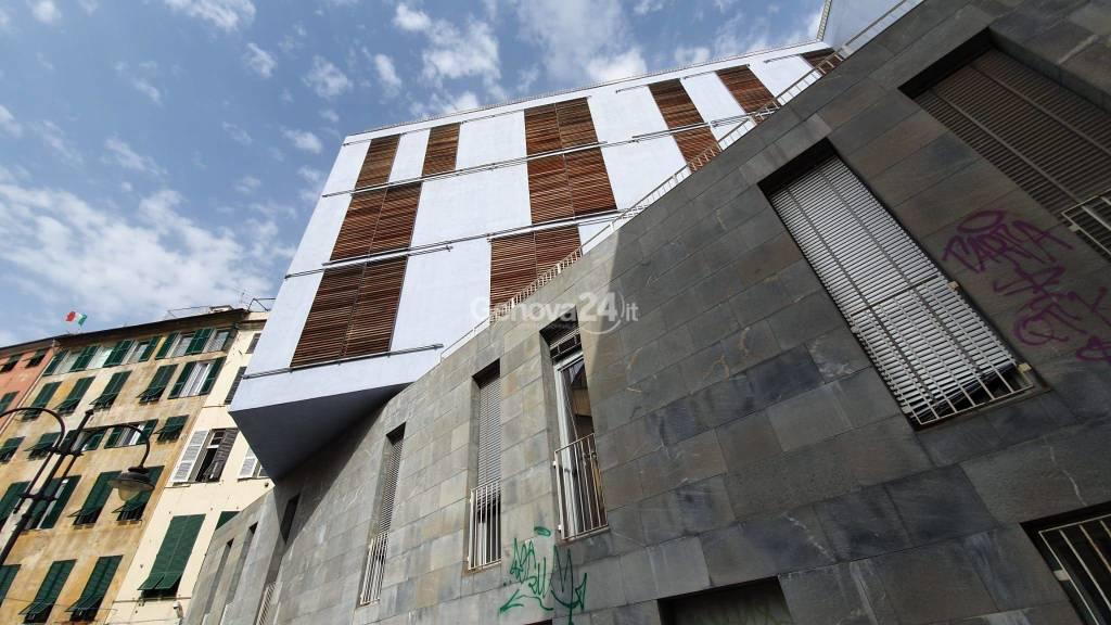 Centro storico, crollato il soffitto esterno della scuola Garaventa in piazza delle Erbe